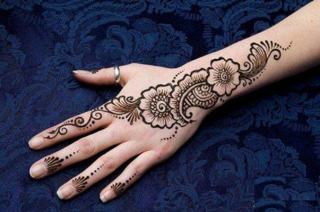 Cute Pakistani Girl Hand Mehndi Design
